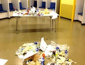 Куча мусора в раздевалке Челси