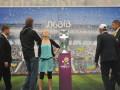 Группа FEMEN вновь атаковала и сбросила на землю Кубок Европы - теперь во Львове
