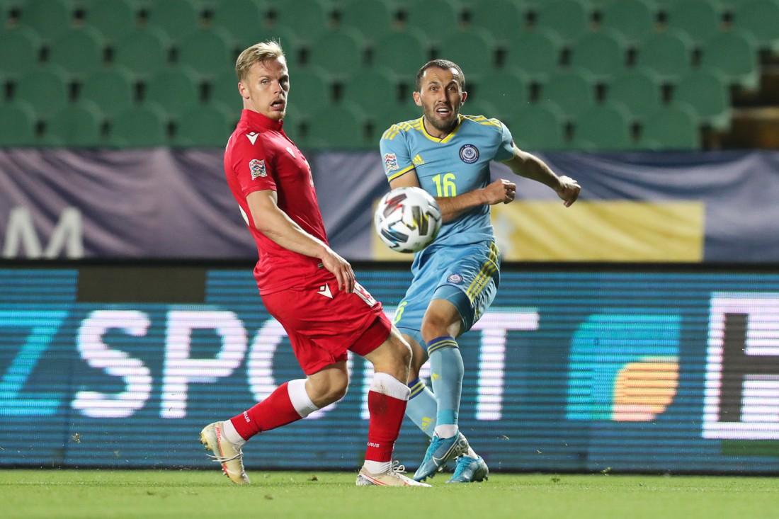 Гафуржан Суюмбаев (справа) в матче против Беларуси