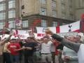 Английские фаны красиво поют хит Oasis в Киеве