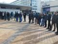Киевляне выстроились в очередь к закрытым кассам НСК Олимпийский