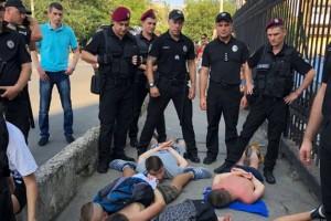 Фаны Динамо в Одессе подрались с болельщиком Шахтера и ограбили женщину