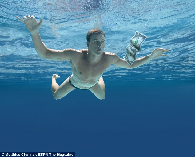 28-летний спортсмен остался в плавках в отличие от своего прообраза из далекого 1991 года