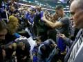 Фанаты упали с трибун, пытаясь заполучить автограф баскетболиста