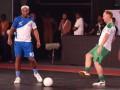 Роналдиньо покуражился в футзал и забил пять мячей команде Пола Скоулза