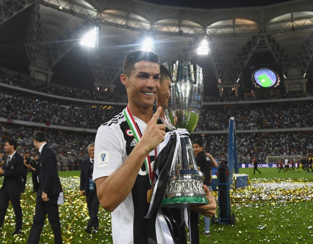 Криштиану Роналду с Суперкубком Италии