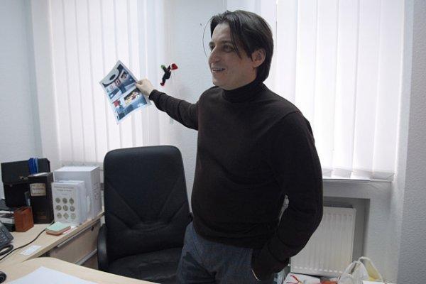 Денисов держит в руках фото новой студии Футбольного уик-энда