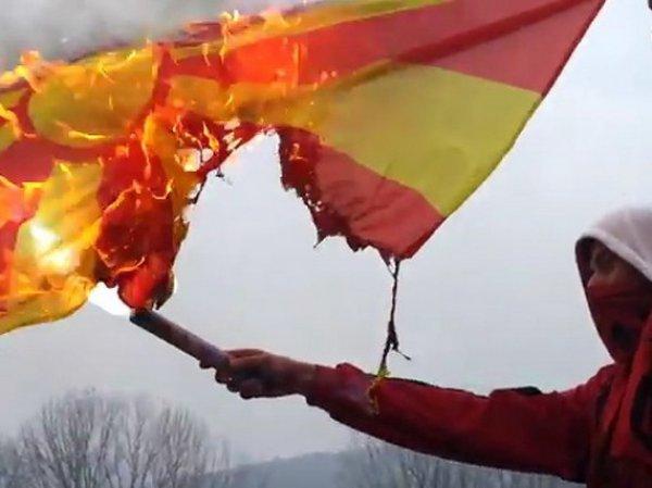 Фанаты косовской команды Дрита албанского происхождения под антиславянские речевки сжигают флаг Македонии