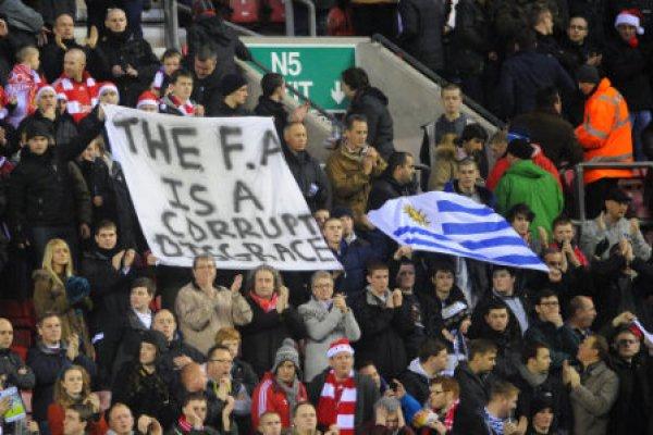 Болельщики Ливерпуля поддерживают Луиса Суареса в его конфликте с Патрисом Эвра