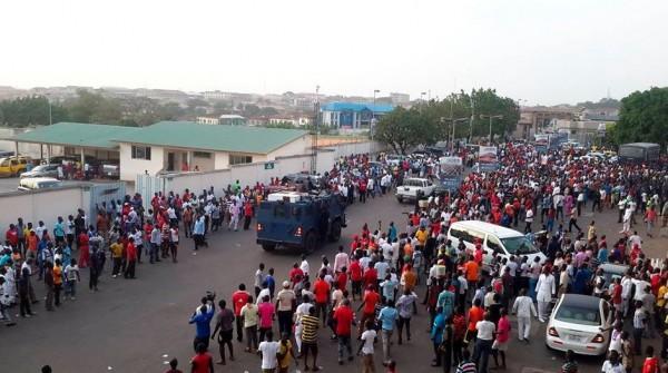 Футболисты Котоко спасаются бегством от собственных фанатов