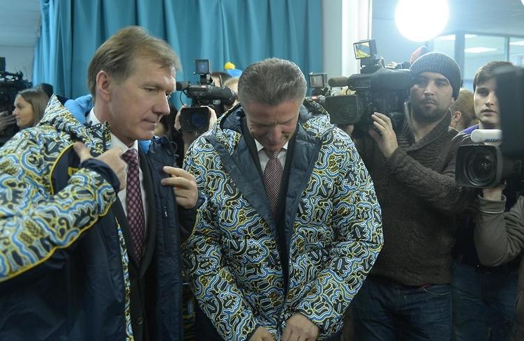 Министр молодежи и спорта Равиль Сафиуллин и президент НОК Сергей Бубка примеряли куртки олимпийской сборной Украины