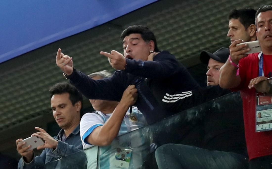 Диего Марадона показал неприличный жест после гола сборной Аргентины