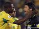 Игроки сборной ЮАР пытаются уговорить арбитра