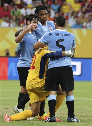 Игроки Уругвая утешают вратаря сборной Таити