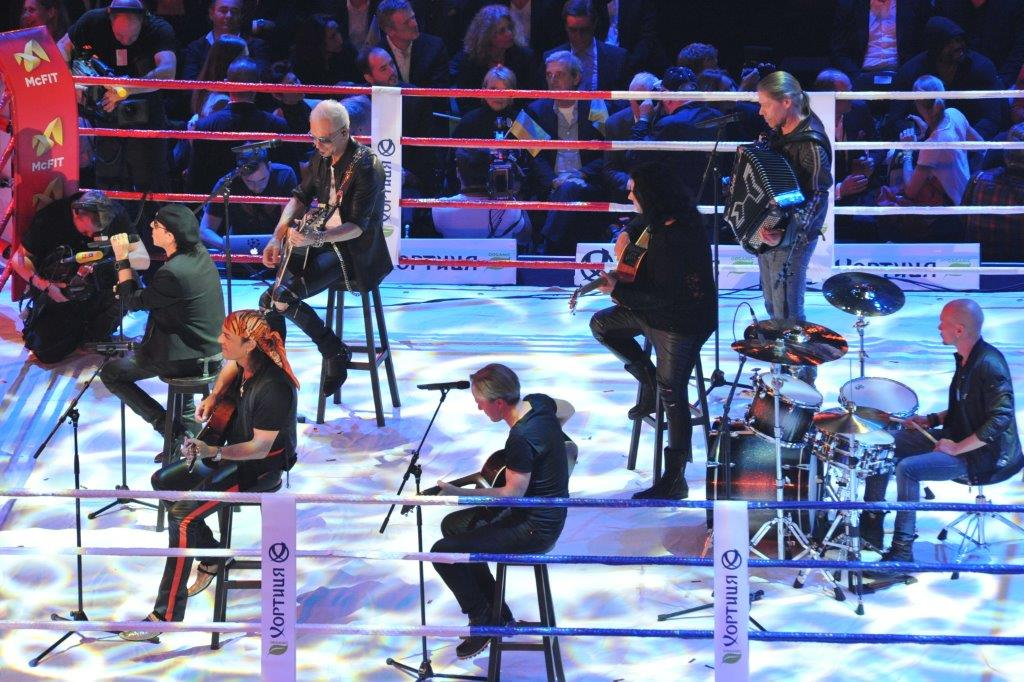 Перед появлением в ринге Кличко и Леапаи выступили легендарные Scorpions