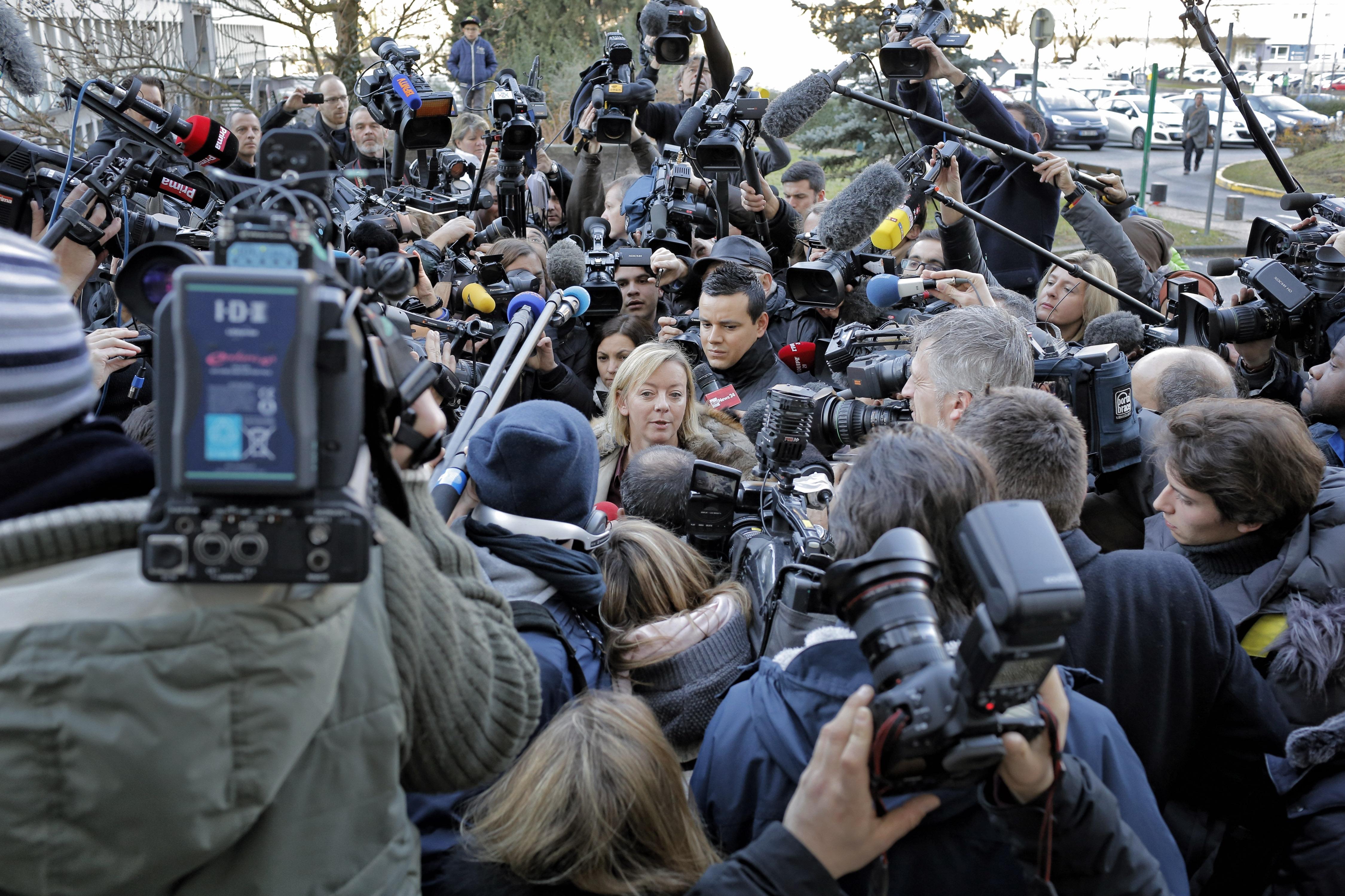 Пресс-секретарь Михаэля Шумахера Сабин Кем в окружении журналистов