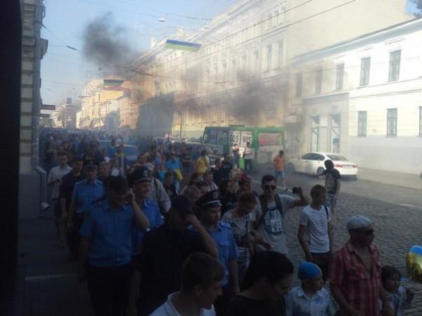 Во время марша использовались дымовые шашки