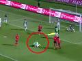 Ленивый футболист сделал вид, что расстроен голом в свои ворота