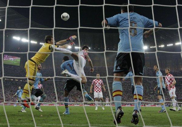 Икер спасает Испанию от участии сборной России