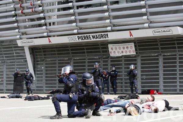 Учения местной полиции на территории стадиона в Лилле