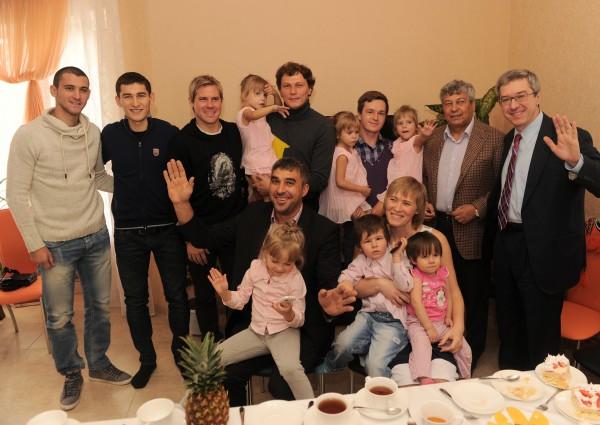 Тренер и игроки Шахтера подарили дом семье Рудых