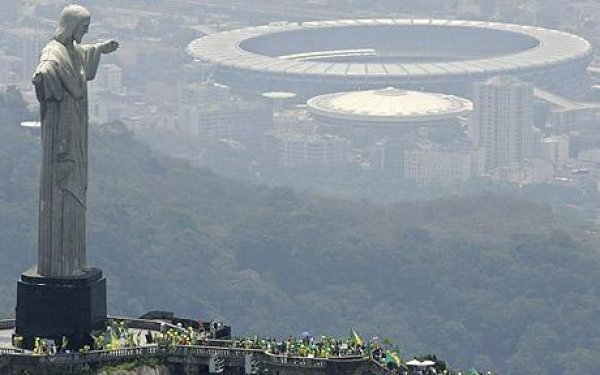 Статуя Христа Спасителя и стадион Маракана в Рио-де-Жанейро