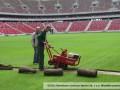 На Национальном стадионе в Варшаве перестилают газон