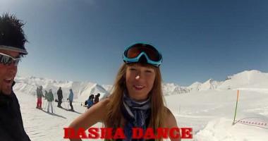 Горная эротика. Украинка прокатилась на сноуборде в бикини