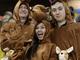 Австралийцы и их веселые костюмы людей-кенгуру