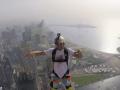Массовый прыжок парашютистов с крыши самого высокого жилого здания в мире