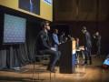 Чемпион мира по шахматам с завязанными глазами обыграл троих американских бизнесменов