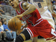 Деррик Роуз спасает мяч