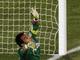 Хусто Вильяр провожает мяч, посланный Комано, взглядом