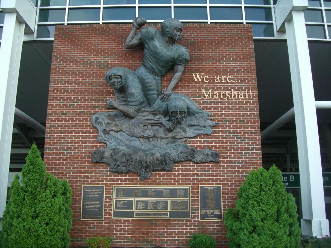 Памятник погибшей в катастрофе футбольной команде