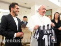 Игрок Ювентуса подарил Папе Римскому свою футболку (ФОТО)