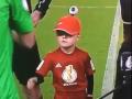 Футболисты жестоко проигнорировали маленького болельщика, не пожав ему руку