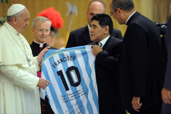 Марадона подарил Папе Римскому футболку