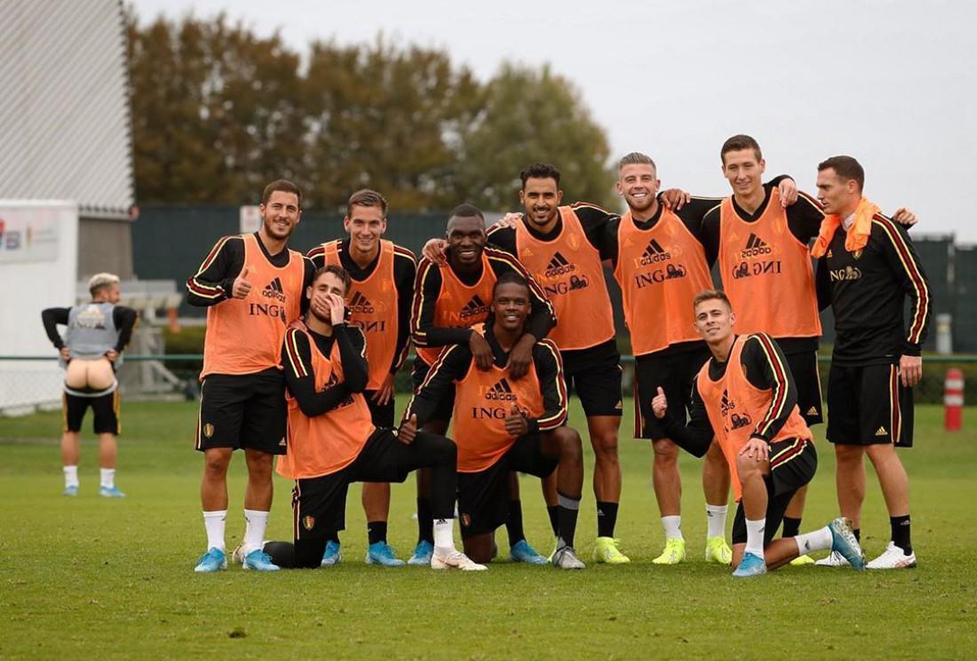 Игроки сборной Бельгии и Дрис Мертенс на заднем плане