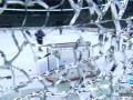 Сокрушительный удар: Хоккеист броском шайбы разбил защитное стекло