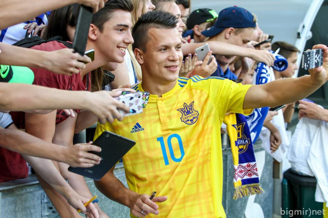 Евгений Коноплянка с болельщиками сборной Украины