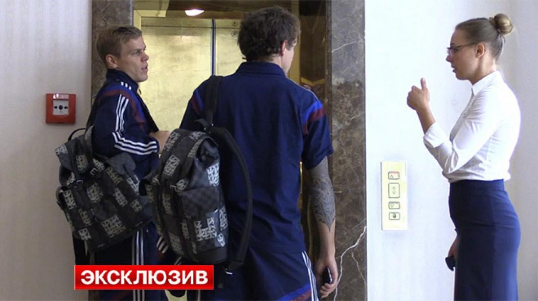 Игроки сборной России по футболу Павел Мамаев и Александр Кокорин с рюкзаками из новой коллекции