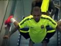 Эффектное появление: Защитник Барселоны необычно съехал по эскалатору