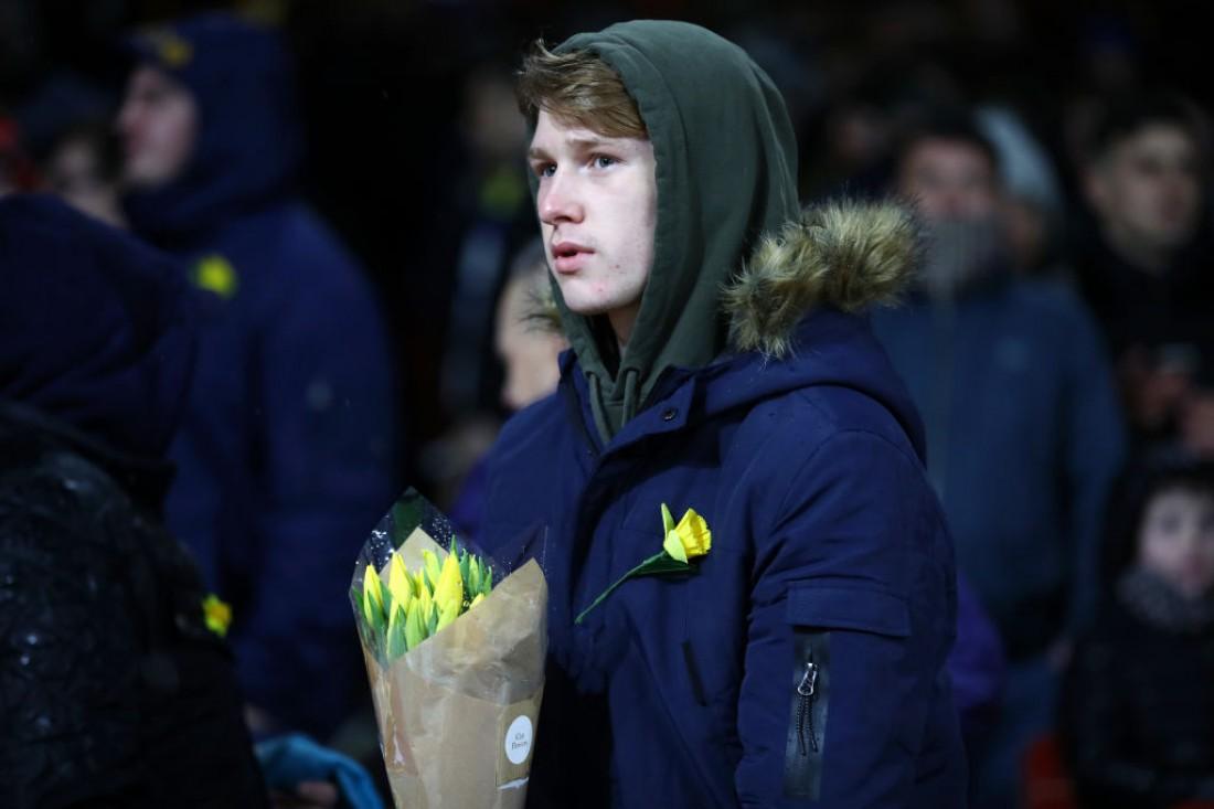 Фанаты также принесли цветы на стадион
