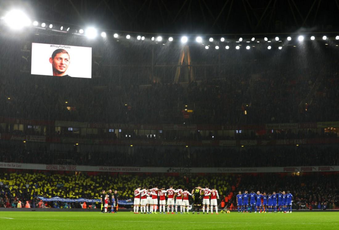 Арсенал и Кардифф Сити вместе с фанатами проводят минуту молчания