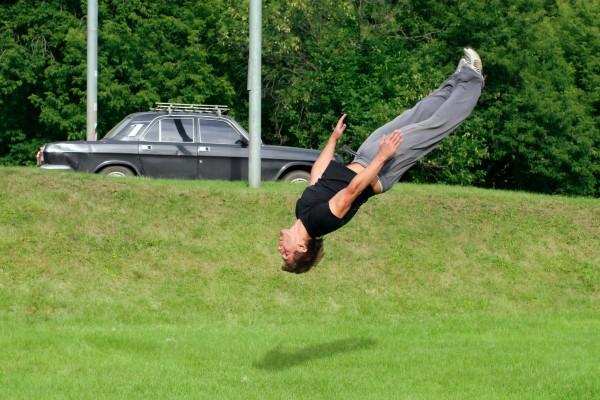 Учиться прыжкам сальто нужно с тренером