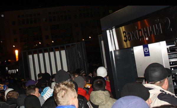 Болельщки буквально выломали забор, чтобы попасть на стадион