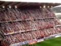 В Бельгии тысячи фанатов выбросили на поле туалетную бумагу