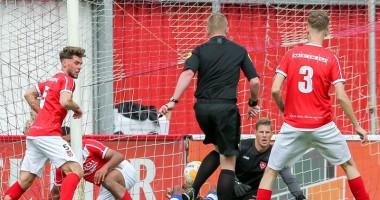 В Нидерландах арбитр случайно забил гол в ворота одной из команд