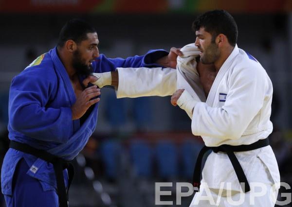 Эль-Шахби (слева) недостойно себя повел после поражения