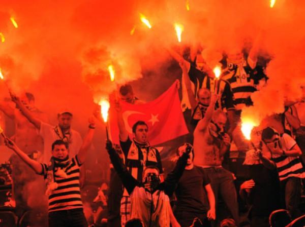 Фанаты Фенербахче начали поддержку команды задолго до матча